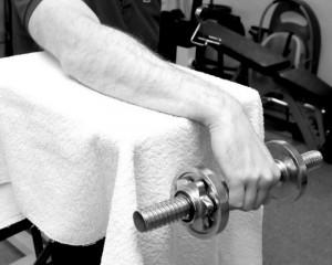 Exzentrisches Krafttraining der Unterarmstrecker Ausgangsposition Hantel in der Hand
