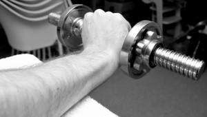 Exzentrisches Krafttraining der Unterarmstrecker Hantel in der Position zum Ablassen