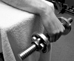 Exzentrisches Krafttraining der Unterarmstrecker Hantel ist abgelassen