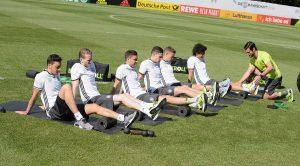 Das DFB Team mit einer Faszienrolle; zeigt wie groß der Hype ist