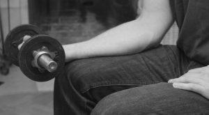 Übung der Handgelenksbeugung zur Therapie bei einem Golferarm Ausgangsposition