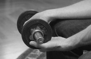 Übung der Handgelenksbeugung zur Therapie bei einem Golferarm Hilfe mit der anderen Hand um in die Ausgangsposition zu kommen